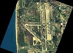 Imatge aèria de l'aeroport abans de l'ampliació